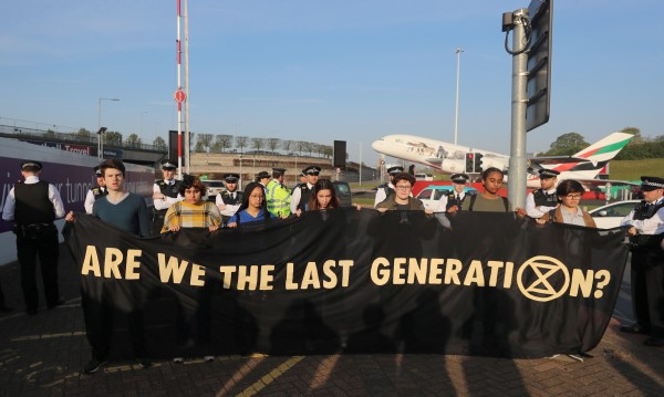 Еколози на протест! Залепват се за сгради, блокират мостове...