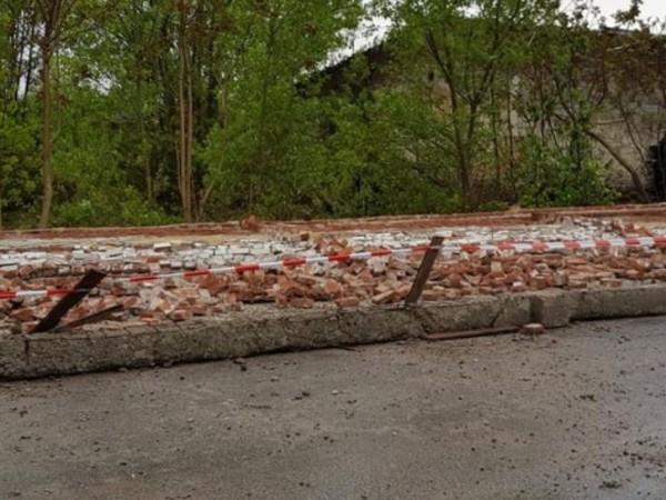Снимка: Паднала ограда в Хасково отне живота на един човек