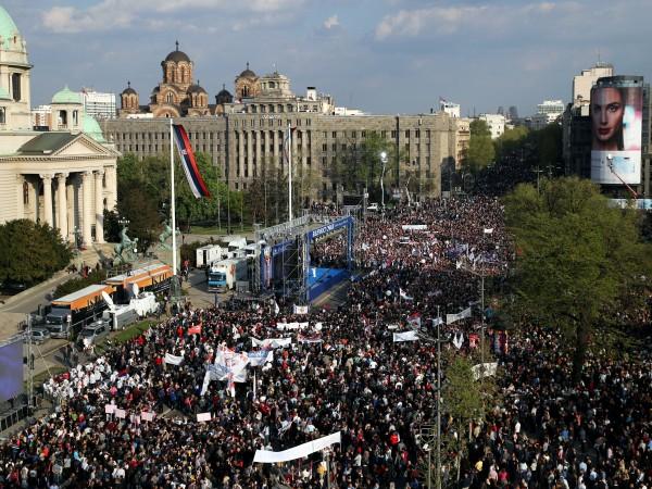 Хиляди хора от цяла Сърбия се събраха снощи в столицата