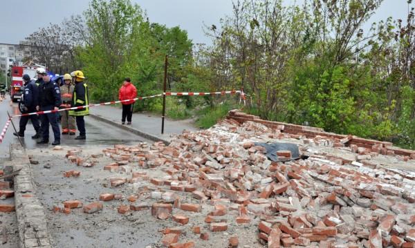 Свидетел: Падналата стена, убила човек, подкопана от влага