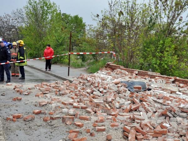 Снимка: Свидетел: Падналата стена, убила човек, подкопана от влага