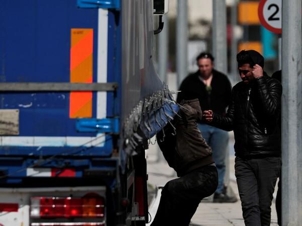 Снимка: Българин, превозвал 59 мигранти, е заловен в Гърция