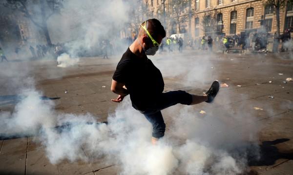 """Пак сблъсъци в Париж на протест на """"жълтите жилетки"""""""