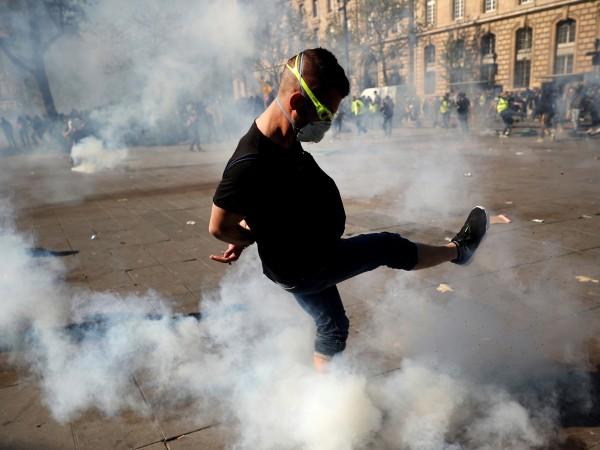 """Снимка: Пак сблъсъци в Париж на протест на """"жълтите жилетки"""""""
