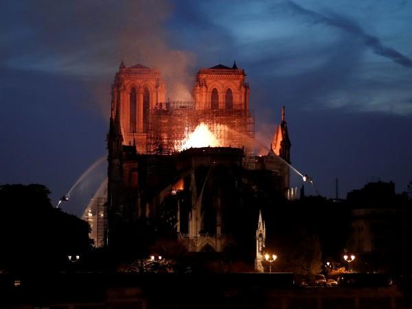 """Снимка: По-голямата част от """"Нотр Дам"""" е спасена от разрушаване"""