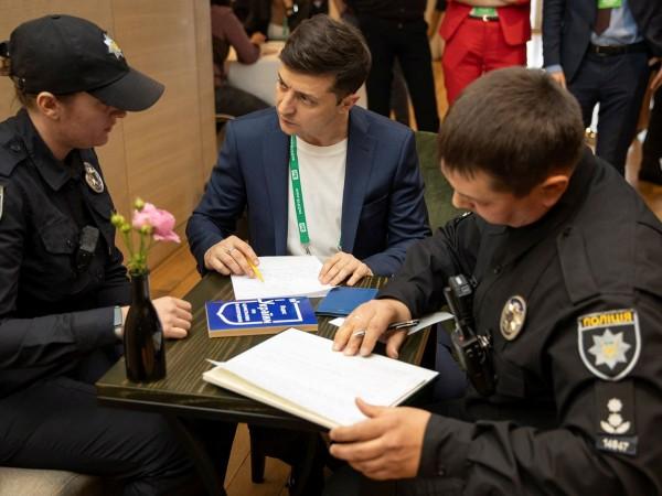 Снимка: Зеленски показа изборната си бюлетина, глобиха го