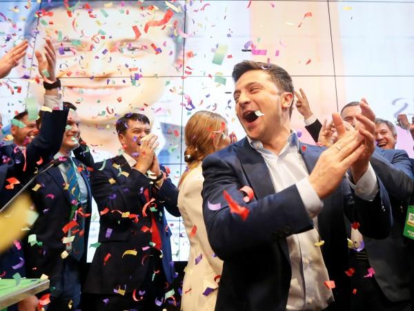 Снимка: Краят на Порошенко, Зеленски със съкрушителна победа в Украйна