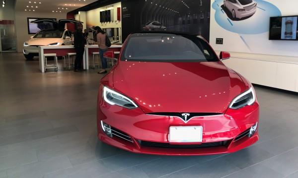 Безопасни ли са ел. колите? Tesla се самозапали в Китай от нищото