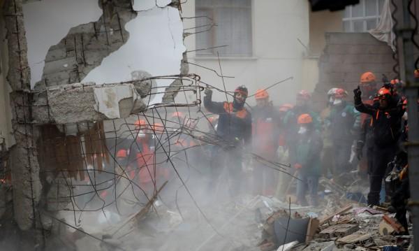 Сграда се срути в Истанбул след рухване на подпорна стена