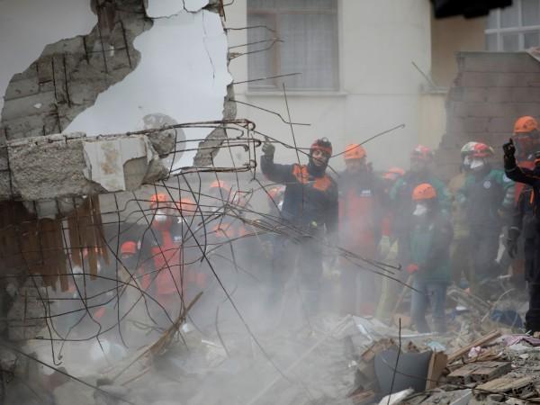 Снимка: Сграда се срути в Истанбул след рухване на подпорна стена