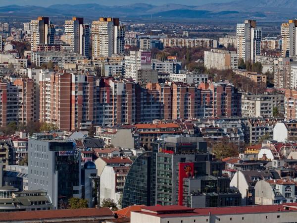 """Снимка: Българинът ядосан от """"Апартаментгейт"""", но вярва: Тука е така"""