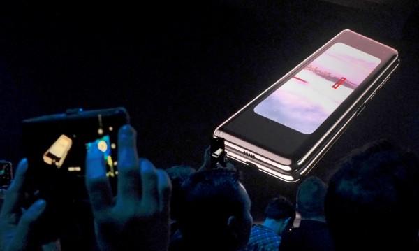 Samsung отлага продажбите на сгъваемия си телефон
