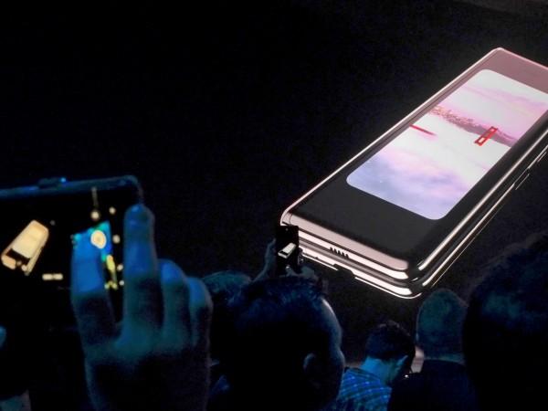 Снимка: Samsung отлага старта на продажбите на сгъваемия си телефон