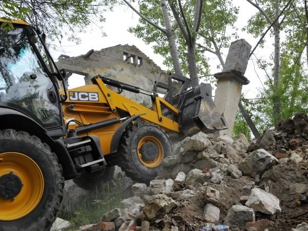 """Общинско предприятие """"Екопрогрес"""" започна събарянето на опасна ограда на бившото"""