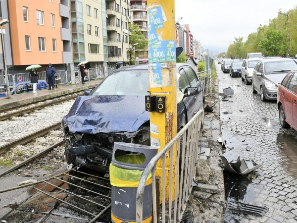 Лек автомобил връхлетя върху мантинелата на трамвайна спирка на трамвай