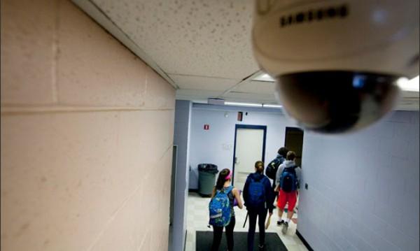 Хиляди камери в училищата дебнат за крадци и побойници