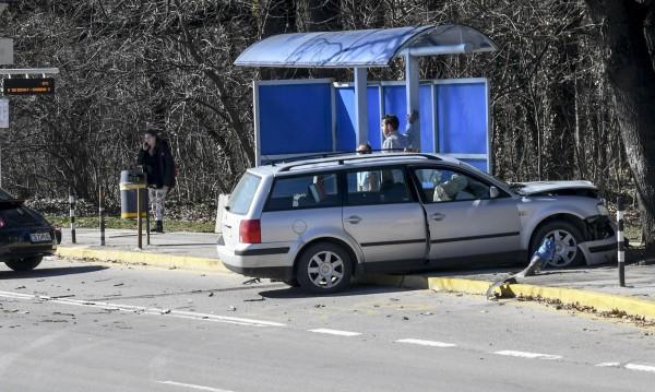 Автомобил се удари в столичния автобус 111