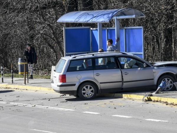Автомобил удари автобус номер 111 в София. Катастрофата е станала