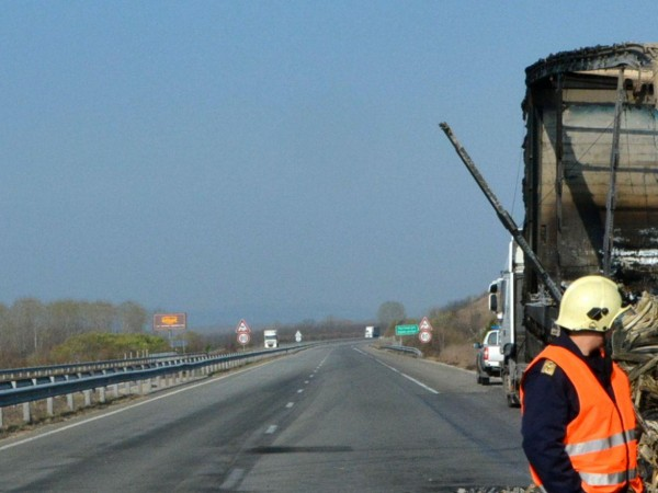 """Пожар на ремарке на ТИР затруднява движението по магистрала """"Тракия"""""""