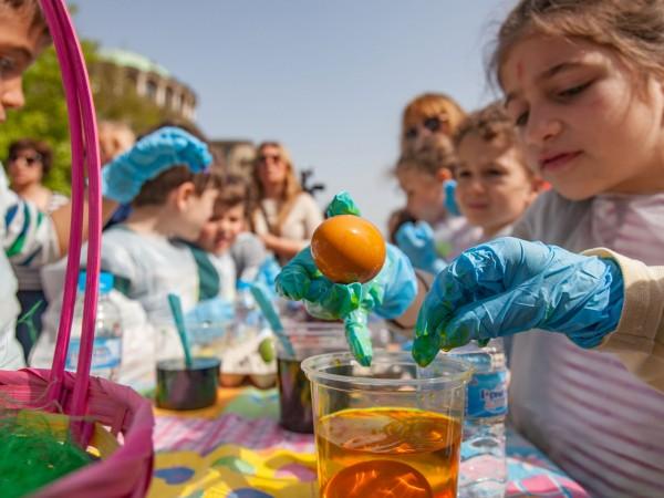 Омбудсманът Мая Манолова организира голямо боядисване на яйца и събра