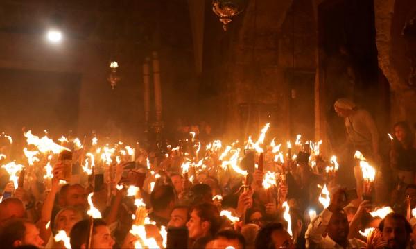 Чудото е факт! Благодатният огън слезе в Ерусалим