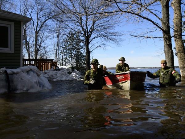 Над 10 000 души бяха евакуирани в източна Канада през