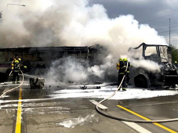 Aвтобус, превозващ затворници, се е запалил след сблъсък с два