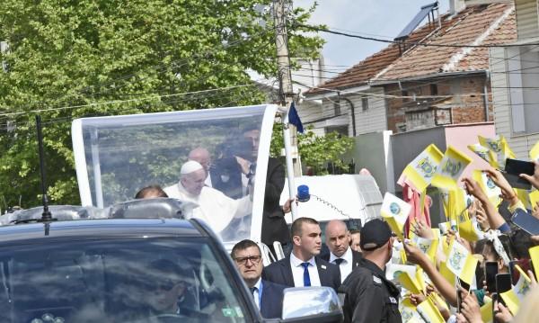 Папа Франциск наруши протокола – поговори си с децата