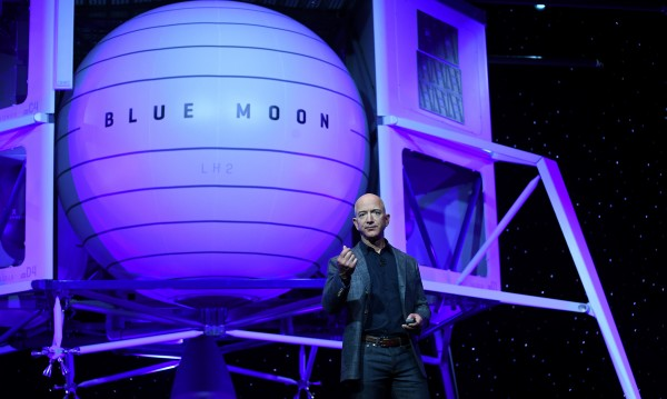 Безос показа макет: Невероятен апарат, ще стигне до Луната!