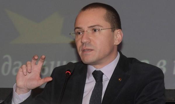 Джамбазки работил като пицар, продавал и вестници