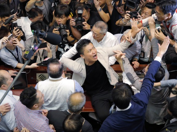 Най-малко четирима членове на законодателното събрание на Хонконг бяха ранени