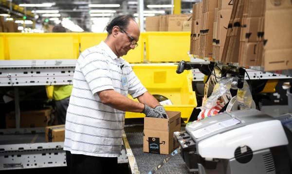 Amazon предлага по $10 хил. на служителите си, за да напуснат