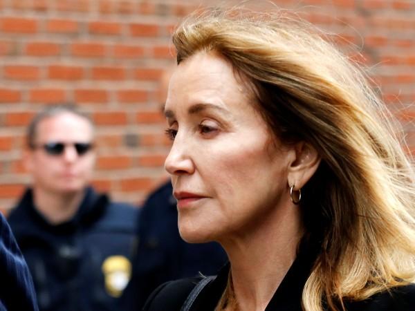Фелисити Хъфман пледира виновна по обвиненията, че платила подкуп, за