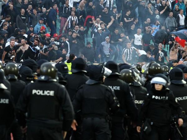 Около 40 са задържаните преди и по време на мача