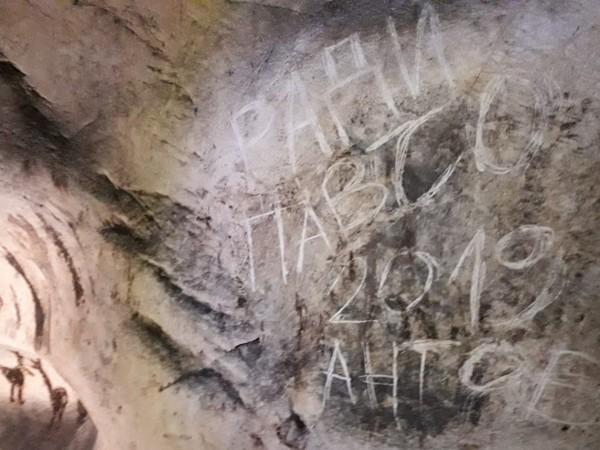 """Вандали са надраскали 7000 годишните скални рисунки в пещера """"Магура"""","""
