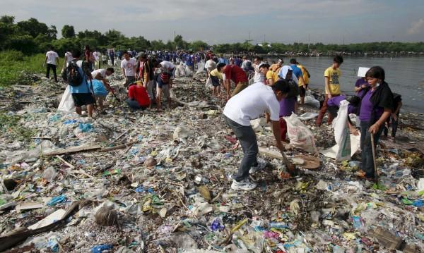 Филипините отзоваха посланика си от Канада заради боклук