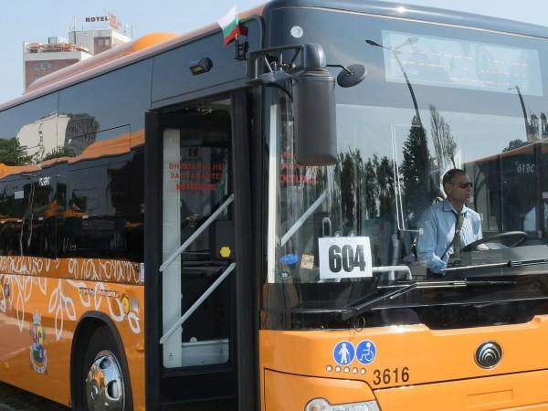 Автобус на градския транспорт и лека кола се удариха на