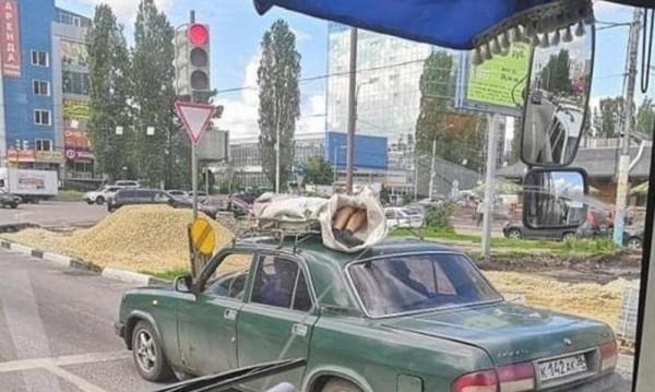 Руснаци превозват мъртвец върху багажника на кола