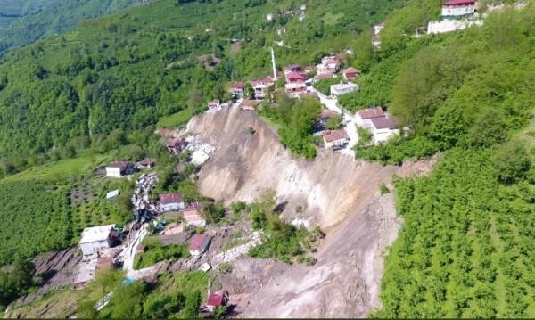 Свлачище в Турция отнесе 53 сгради и джамия