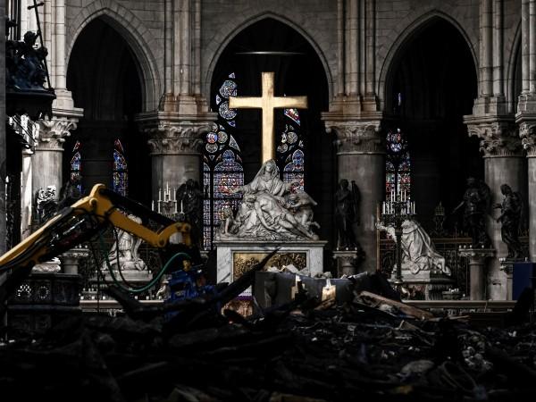 След инцидента в Нотр Дам миналия месец катедралата потъна в