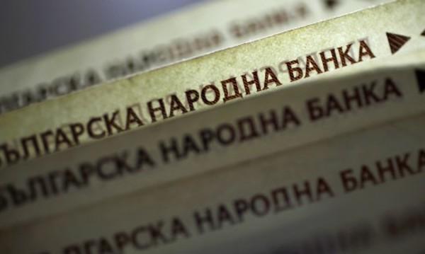 Ниски лихви карат българите да взимат пари предимно от банки