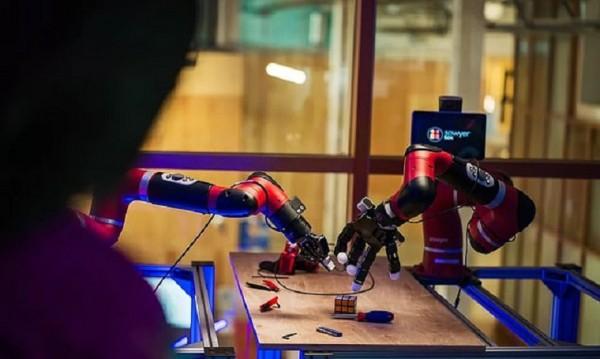 Чрез роботи Facebook прави изкуствения си интелект по-умен