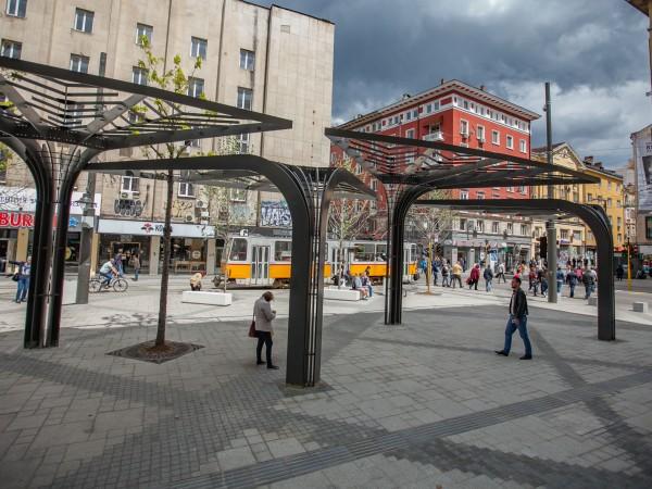 """Строителните огради на площад """"Славейков"""", който все още е в"""