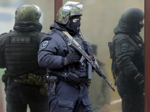 Служителите на правоохранителните органи са неутрализирали две лица, блокирани в