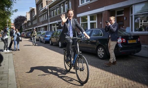 Премиерът на Холандия отиде да гласува с велосипед