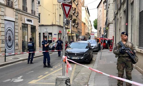Най-малко 13 души са ранени в центъра на Лион, сред тях и дете