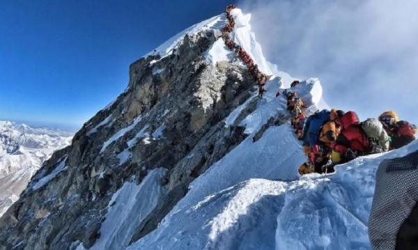 """""""Задръстване"""" на Еверест доведе до смъртни случаи"""