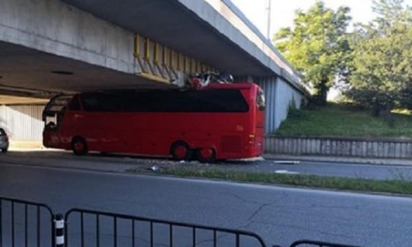 Автобус срещу мост в Пловдив, резултатът е плачевен!