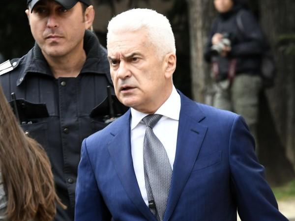 """Председателят на партия """"Атака"""" Волен Сидеров гласува в София. Той"""