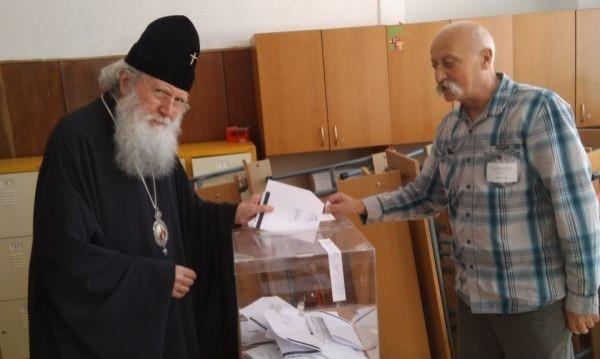Патриарх Неофит гласува след неделната служба